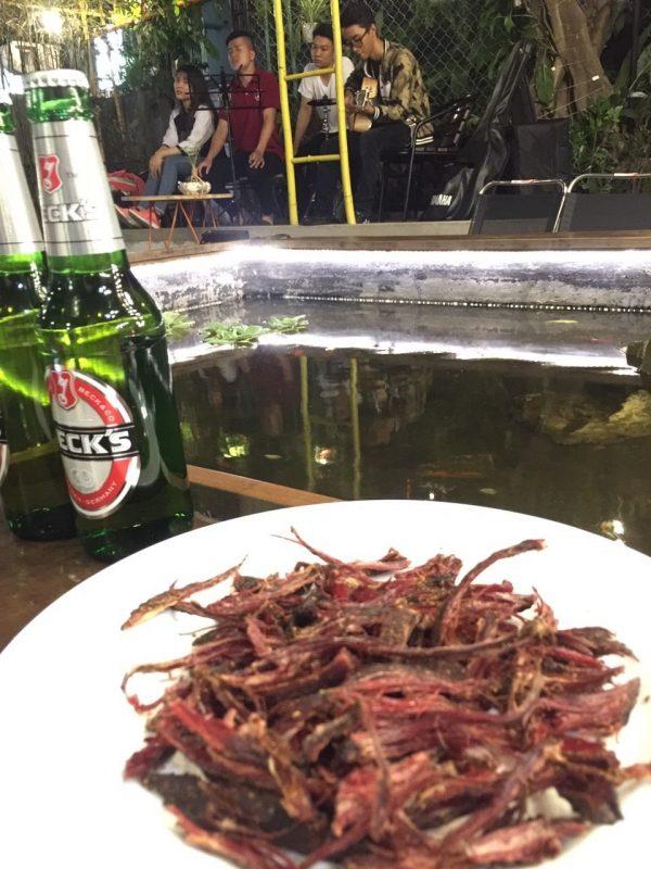 Uống bia với thịt trâu gác bếp