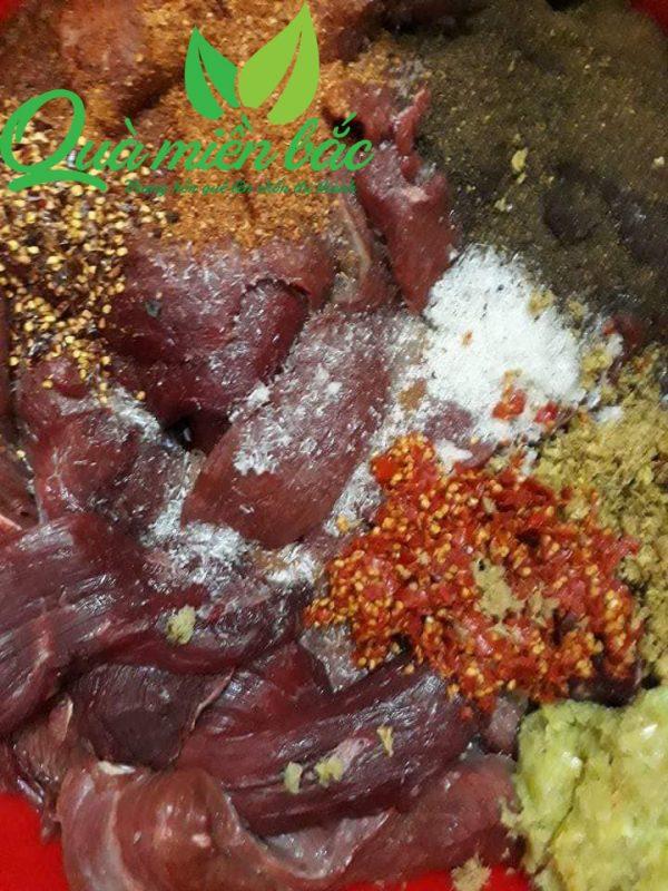 thịt heo gác bếp được tẩm ướp các nguyên liệu núi rừng Tây Bắc
